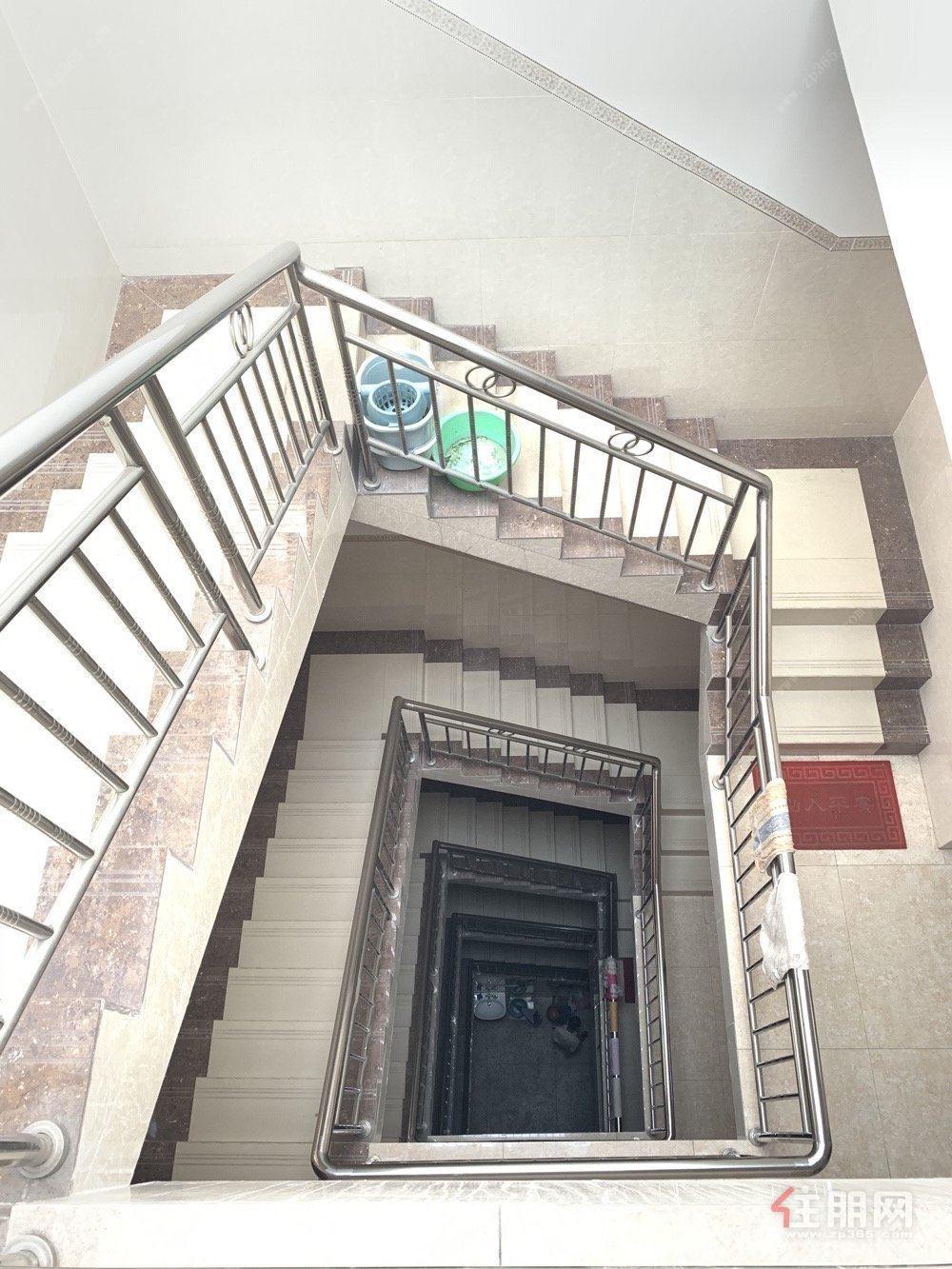 一环北路市中心美林街路口天地楼,九成九新装修好没怎么住过。