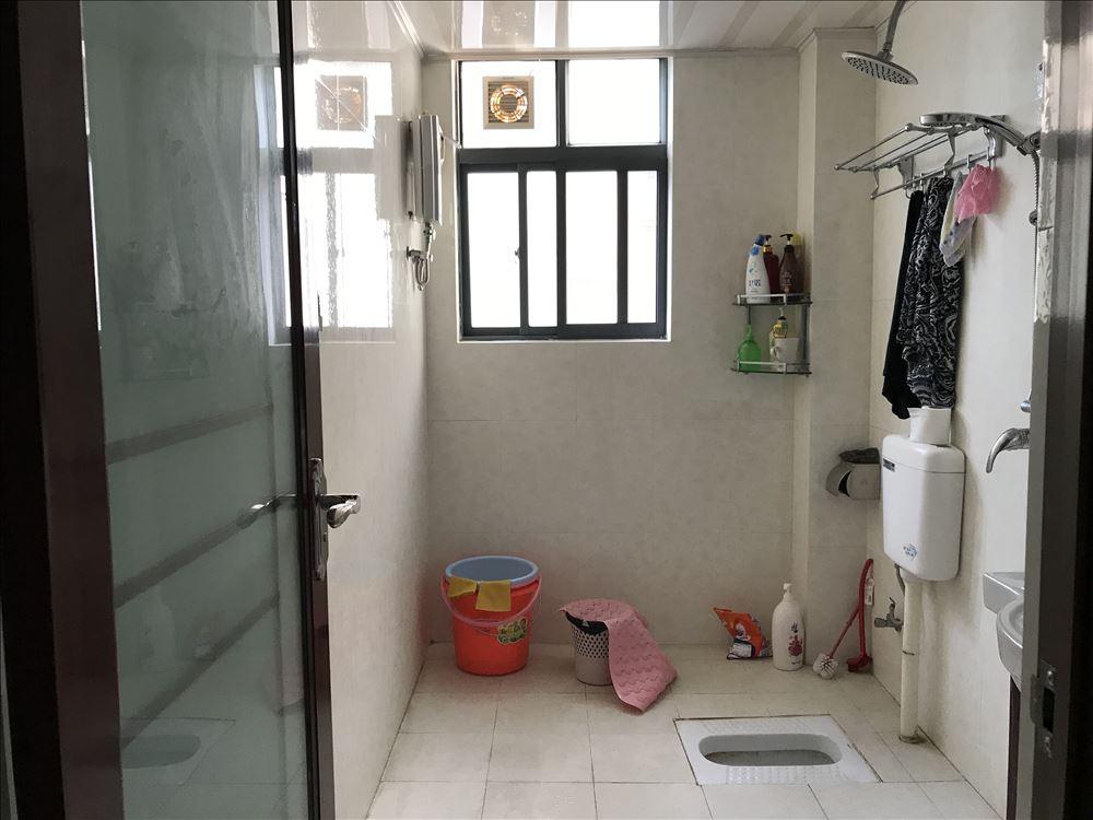 青秀区大观天下三房租2200,家具家电齐全,业主定居外地,诚找爱干净人士看房子。