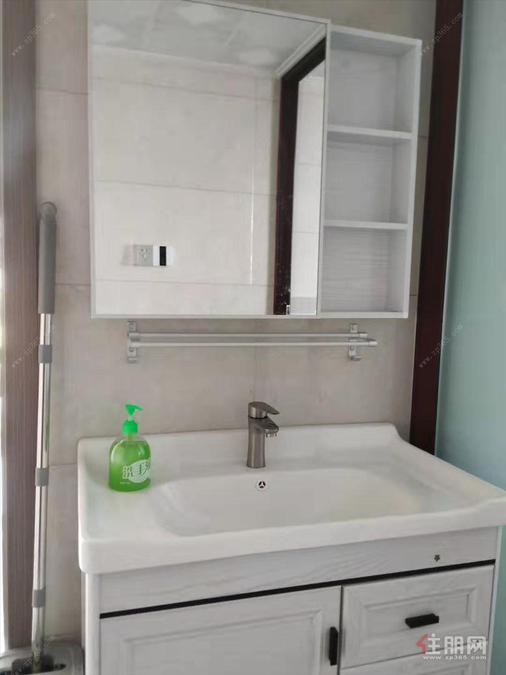 房子是新装修首租。价格。便宜优惠三房。
