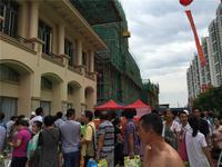 奥园名门活动图片|门外挤满了人