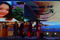 南宁青秀万达广场活动图片 万达相关领导为中奖的商户发奖品
