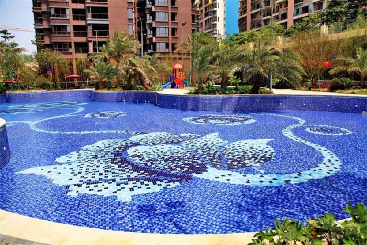 清澈的游泳池