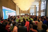 绿地新里璞悦公馆活动图片|沙盘前围满看房客户