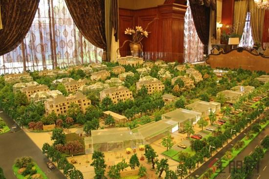 金源城项目介绍 金源城项?#31354;?#22320;约457亩,总建筑面积约160万平方米。项目分六期开发,目前正在施工中的地块是3号地块,由4栋32层高的高层住宅楼、联排别墅和四星级酒店、高级会所组成,并配有泳池和水景以及园林景观。其中36#、37#、38#、39#为高层住宅楼,两梯五户设计。35#楼为酒店,32层高,地面共30层,地下2层;1层层高为6米,2、3层层高为3.