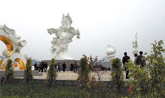 """防城港""""龙马""""雕塑建成 明珠广场开始迎客"""