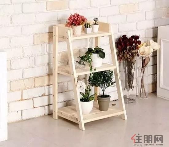 当家中铺完木地板后,剩余的边角料扔掉实在可惜,可以用将剩余地板搭成一个阳台花架,尤其是一些空间较大的,可在阳台两侧的墙壁上可以装上一个不锈钢支架,然后将地板的边角料整齐铺放,固定之后就成为一个简易的花架了。种植上一些花草植物,能将阳台装置成非常靓丽的空间。