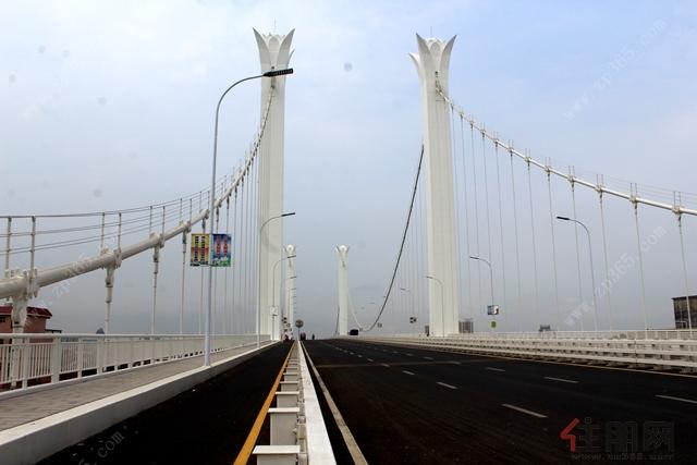 且这三座大桥已各自成为一道靓丽的风景线,贵港的城市形象又步上了一