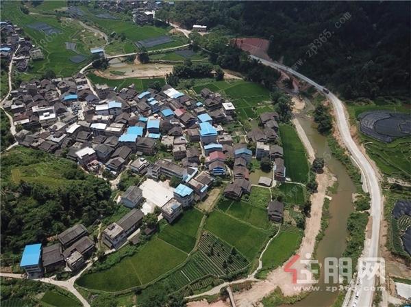 为柳州市三江县三团村翻修连接外界的山路.jpg