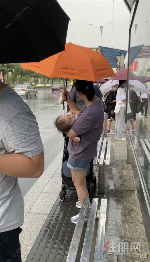 龙胤花园工作人员派发雨伞7.jpg