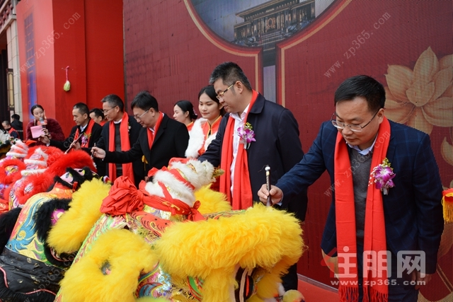 中鼎滨江城营销中心开放舞狮点睛仪式