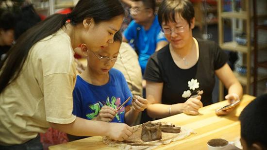 从揉泥到烧制,亲身体验手工陶艺每个步骤的时间乐趣.