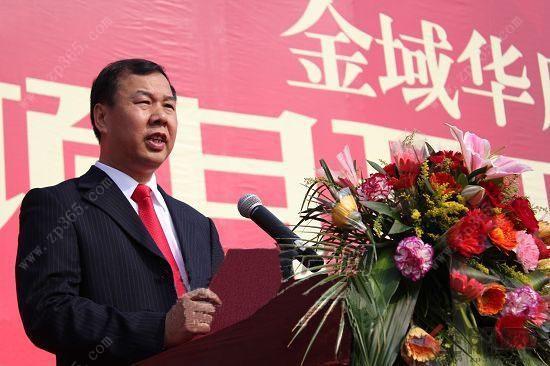 """广西玉林喜润房地产开发有限公司董事长刘敬成先生 """"我原来是中学的老师,后来出去经商20多年,在全国各地跑。在这过程中,我在外省就发现他们的城市规划非常漂亮,特别是广州的天河、上海的浦东、北京的燕山、南宁的凤岭南/凤岭北等。像这样的新区,刚开始时都是政府规划、引导、扶持,经过三五年后就成气候。这一步呢,我们玉林走得相对迟一些,不过经过3年的时间发展,玉东新区整个布局也都出来了。""""说起玉东新区的发展,刘董还说到,""""这3年的时间,政府很重视,投资很大,玉东新区交通路网等配套"""