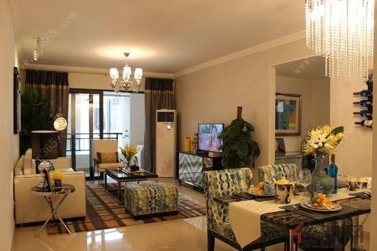 客厅与餐厅连在一起更宽敞