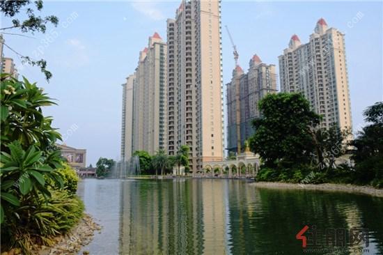 曲曲折折的园林,化不开的绿意 北海恒大御景半岛简介:北海恒大御景半岛项目位于北海市西南方,北邻金海岸大道,南至海景大道。总建筑面积约102万平方米,首期约 44.78 万平方米,含15 栋住宅、一栋剧场、一栋酒店,住宅总 2858 套,全部为32层和33层的高级洋房,是一个集居住、商业、酒店、文化、运动、娱乐等为一体的大型高尚住宅建筑群落。 项目地址:北海市银滩西区金海岸大道88号 项目价格:均价8300元/ 购房热线:4008-110-007 转61226