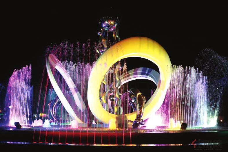 广场中央的海文化雕塑笼罩在绚丽的灯光中