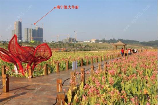 那考河河道两岸错落栽种了大量桂花树和朱槿,东盟和壮乡风情雕塑散布