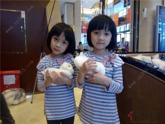 可爱的双胞胎姐妹各获得毛绒玩具一个