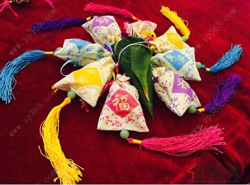 更有初学的小朋友包出了动物形状的粽子,逗得全场乐开了花.