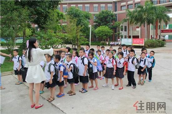天桃学校等待放学的可爱小学生