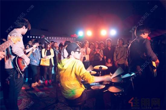 舞台音乐等将带来新鲜的现场演奏,非一般的体验尽在普罗旺斯星空夜市
